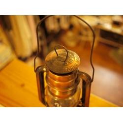 古銅色煤油燈